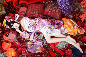 Фотография Азиатки Брюнетка Лежит Кимоно Подушки Ноги Взгляд девушка