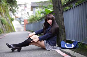 Фотографии Азиатка Брюнеток Школьницы Сидящие Ног Гольфах Униформа Взгляд Красивая Девушки