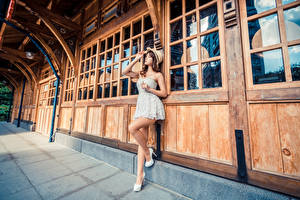 Фотография Азиаты Позирует Шляпе Платье Ноги Девушки