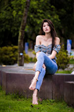 Фотография Азиатка Сидя Джинсов Блузка Смотрят девушка