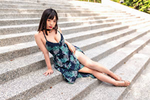 Картинки Азиатки Лестницы Сидит Платья Вырез на платье Смотрит Девушки