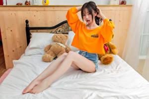 Фото Азиаты Мишки Сидит Кровать Ноги Футболке Взгляд Девушки