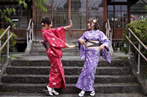 Картинка Азиатки Две Улыбка Рука Кимоно девушка