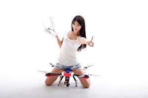 Обои Азиатки Беспилотный летательный аппарат Квадрокоптер Шорты Майке Взгляд Белым фоном Девушки