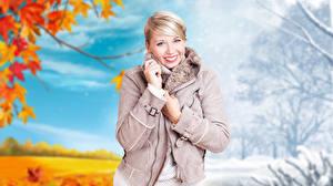 Обои Осень Зима Блондинка Смотрят Улыбка Куртка Руки Размытый фон девушка