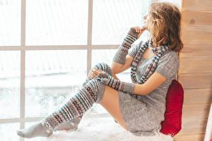 Обои Шатенка Сидит Платье Перчатках Шарф Гольфах девушка