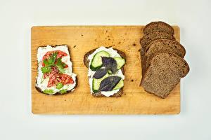 Фотографии Бутерброд Хлеб Томаты Огурцы Сером фоне Разделочной доске Зерна