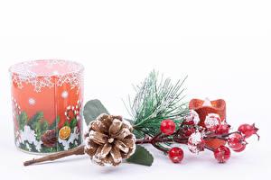 Фото Рождество Ягоды Свечи Белый фон Ветки Шишка Снег