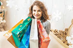 Картинки Новый год Шатенка Взгляд Улыбка Подарки молодая женщина
