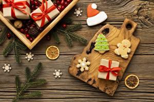 Фотографии Новый год Печенье Подарков Коробка Бантик Ветки Снежинки Разделочная доска