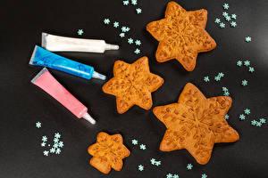 Картинка Рождество Печенье Серый фон Снежинки Еда
