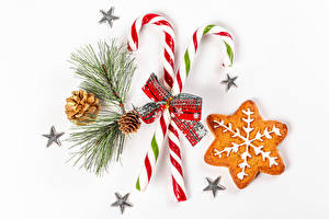 Обои Рождество Печенье Леденцы Белый фон Ветвь Шишки Звездочки Бантик Еда