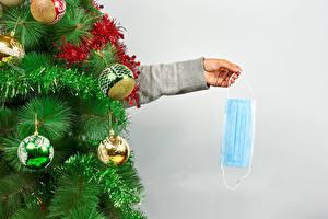 Обои Рождество Коронавирус Креатив Маски Сером фоне Новогодняя ёлка Шар Рука