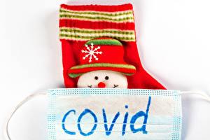 Фотографии Новый год Коронавирус Маски Белым фоном Носках Снеговика Шляпа Английская Слово - Надпись COVID