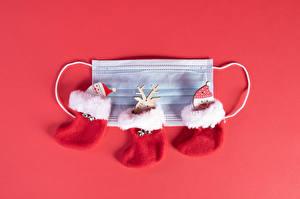 Фотография Рождество Коронавирус Маски Олени Красный фон Дед Мороз Снеговики Сапоги