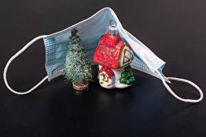 Картинки Новый год Коронавирус Маски Здания Серый фон Новогодняя ёлка