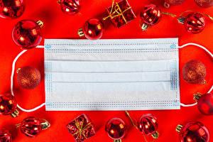 Фотография Новый год Коронавирус Маски Красный фон Шарики Шаблон поздравительной открытки