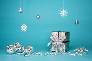 Фотография Новый год Подарок Коробка Бантики Снежинка Шар Ленточка