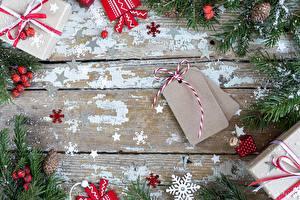 Фото Рождество Подарок Коробки Ветка Шишка Снежинки Доски