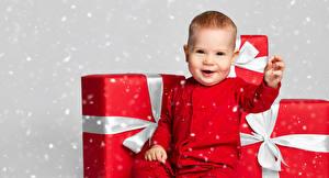 Картинки Новый год Грудной ребёнок Подарки Улыбается