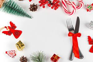 Картинки Новый год Ножик Леденцы Ягоды Шаблон поздравительной открытки Белый фон Вилки Бантик Елка Шишки Подарок