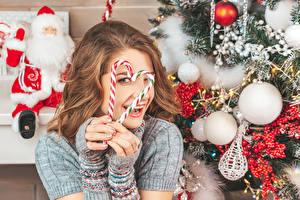 Фотографии Новый год Леденцы Пальцы Шатенка Шарики Серце Улыбка Дед Мороз Девушки