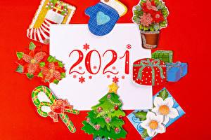Обои Рождество Леденцы Красном фоне 2021 Варежки Подарок Елка Носки