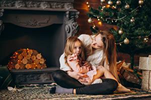 Фотографии Новый год Мать Девочка Елка Гирлянда Камины Сидящие