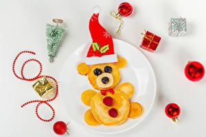 Обои Новый год Блины Плюшевый мишка Оригинальные Ягоды Сером фоне Тарелка Шапки Елка Шар Подарок Пища