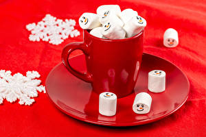Картинка Новый год Красном фоне Кружка Зефирки Снежинки Еда