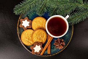 Фото Новый год Чай Печенье Корица Серый фон Чашке Ветка Шишка