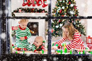 Фото Рождество Окна Девочка Мальчишки Грудной ребёнок Три Играет Елка