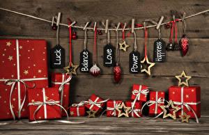 Картинка Новый год Доски Стенка Прищепки Подарки Бантики Шарики Звездочки