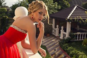 Фото Платье Взгляд Руки Блондинка Серег Размытый фон молодая женщина
