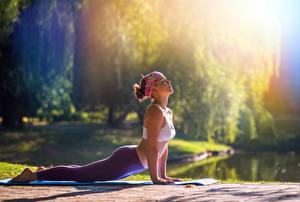 Фото Фитнес Боке Йогой Поза Рука Ног Планка упражнение молодые женщины
