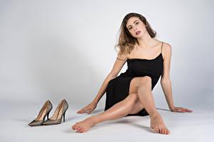 Картинки Сидит Платья Ног Туфель Смотрит Giulia молодые женщины