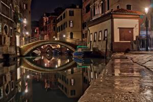 Фотографии Италия Мосты Катера Венеция В ночи Водный канал Уличные фонари город