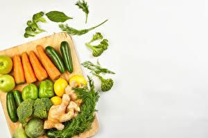 Картинка Овощи Морковка Укроп Перец Яблоки Имбирь Белый фон Разделочная доска Пища