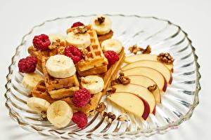 Картинки Вафли Яблоки Бананы Малина Серый фон Пища