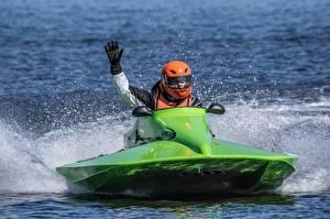 Обои для рабочего стола Водный скутер Зеленых С брызгами Шлем Руки Перчатки