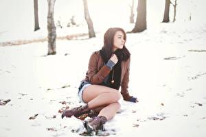 Фотографии Зимние Снегу Шатенки Куртке Сидит Ноги Ботинка Katie Joanne девушка