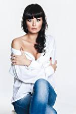 Фотография Брюнетка Фотомодель Сидит Джинсы Блузка Рука Смотрят Yulia молодая женщина
