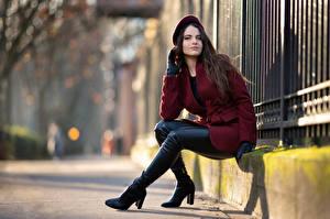 Картинка Сидит Пальто Берет Сапог Взгляд Размытый фон Ambre молодая женщина