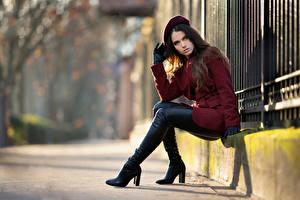 Обои Сидя Сапогов Пальто Перчатках Берет Взгляд Ambre молодая женщина