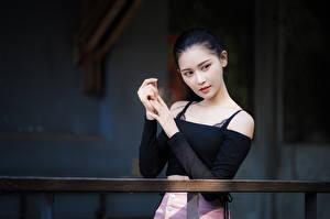 Фото Азиатка Брюнетка Рука Смотрят молодые женщины