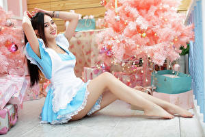 Обои Азиаты Брюнетки Улыбка Сидя Елка Униформа Ног Смотрят девушка