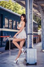 Обои Азиатки Платья Чемоданом Ног Туфлях Красивые Девушки