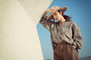 Фото Азиатки Поза Рубашки Шляпы Смотрит молодая женщина