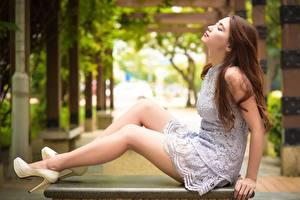 Картинка Азиатка Сбоку Шатенки Боке Платья Сидящие Ноги Туфлях Девушки