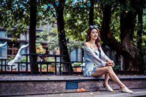 Фотографии Азиатки Сидящие Платье Ноги молодая женщина